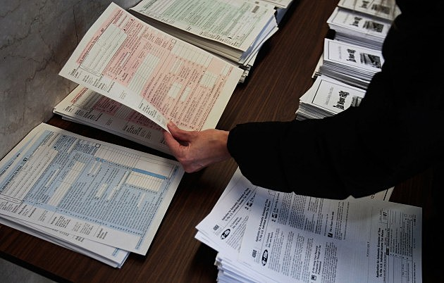 Tax Filers Rush To Finish Returns