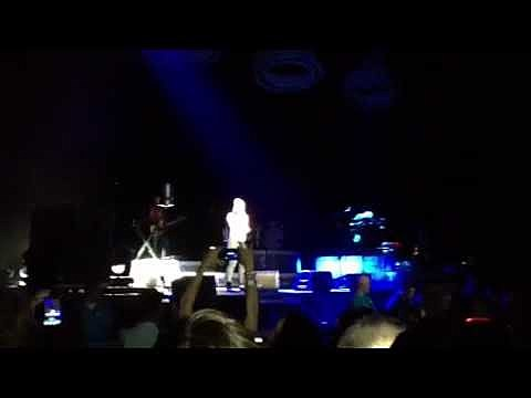 Kelly Clarkson performs 'We Are Young'