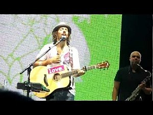Jason Mraz assists a fan with a marriage proposal during 'I'm Yours'